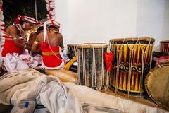 Hombres e instrumentos musicales en Kandy Esala Perahera Imágenes de archivo libres de regalías