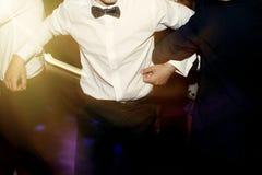 Hombres elegantes que se divierten y que bailan en el partido en el restaurante, recep imagenes de archivo