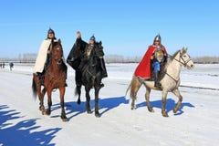 Hombres en caballos en una armadura de soldados rusos antiguos Imágenes de archivo libres de regalías