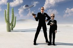 Hombres en desierto negro y platillo volante Foto de archivo libre de regalías