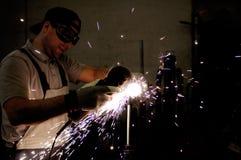 Hombres en el acero de pulido del trabajo Fotos de archivo libres de regalías