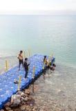 Hombres en el mar muerto Fotos de archivo libres de regalías