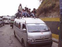 Hombres en el tejado del coche Imagenes de archivo
