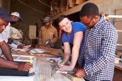 Hombres en el trabajo en un taller de la carpintería, Suráfrica imagenes de archivo