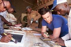 Hombres en el trabajo en un taller de la carpintería, Suráfrica, cierre para arriba imágenes de archivo libres de regalías