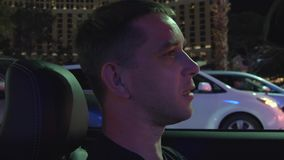Hombres en la conducción convertible a través de la tira Las Vegas metrajes