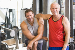 Hombres en la gimnasia junto imagenes de archivo