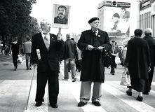 Hombres en la marcha del primero de mayo que sostiene los retratos Fotografía de archivo libre de regalías