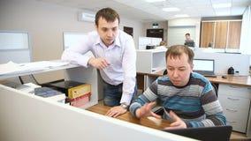 Hombres en la oficina cerca del ordenador almacen de video