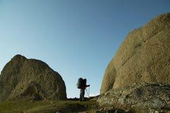 Hombres en la piedra grande Fotografía de archivo libre de regalías