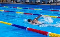 Hombres en la piscina Fotos de archivo libres de regalías