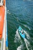Hombres en los barcos que enganchan a traves?as en el Nilo para vender Egipto abril de 2019 fotos de archivo libres de regalías