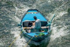 Hombres en los barcos que enganchan a traves?as en el Nilo para vender Egipto abril de 2019 imagenes de archivo