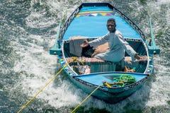 Hombres en los barcos que enganchan a traves?as en el Nilo para vender Egipto abril de 2019 foto de archivo