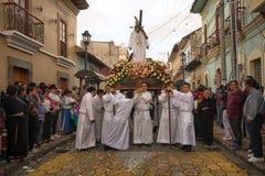 Hombres en los trajes religiosos que llevan un flotador religioso en Pascua Fotografía de archivo libre de regalías