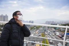 Hombres en máscara médica con la garganta dolorida foto de archivo libre de regalías