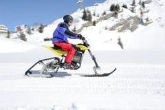 Hombres en moto de nieve en Engelberg en las montañas suizas Fotografía de archivo