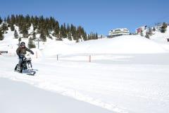 Hombres en moto de nieve en Engelberg en las montañas suizas Fotos de archivo