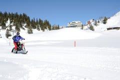 Hombres en moto de nieve en Engelberg en las montañas suizas Fotos de archivo libres de regalías