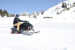 Hombres en moto de nieve en Engelberg en las montañas suizas Imagen de archivo