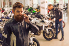 Hombres en salón de la moto Imagen de archivo libre de regalías