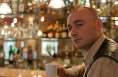 Hombres en sitio del café Fotografía de archivo libre de regalías