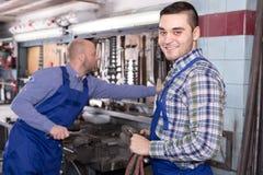 Hombres en taller Foto de archivo