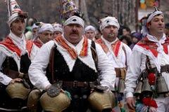 Hombres en traje de mascarada tradicional fotos de archivo