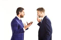 Hombres en traje, hombres de negocios que hablan negocio con la expresión Imagen de archivo libre de regalías