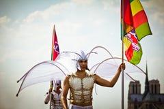 Hombres en trajes del ángel durante orgullo alegre Foto de archivo