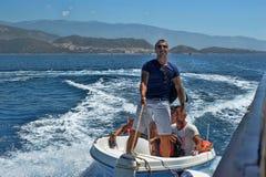 Hombres en un barco de motor en el mar, Turquía Imagen de archivo libre de regalías