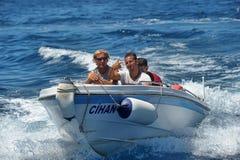 Hombres en un barco de motor en el mar, Turquía Fotografía de archivo