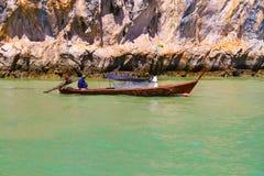 Hombres en un barco en el gul de Tailandia Imagen de archivo