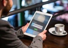 Hombres en una cafetería con la tableta en pantalla de inicio de sesión fotografía de archivo