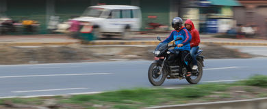Hombres en una motocicleta en Katmandu, Nepal Imagen de archivo