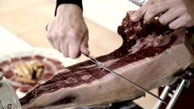 Hombres españoles que cortan el jamón español almacen de metraje de vídeo