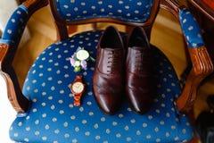 Hombres fijados de accesorios en una silla de madera vieja con un asiento suave El concepto de accesorios del negocio en ropa Muñ Foto de archivo libre de regalías