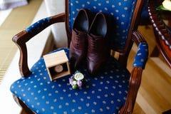 Hombres fijados de accesorios en una silla de madera vieja con un asiento suave El concepto de accesorios del negocio en ropa Muñ Fotos de archivo libres de regalías