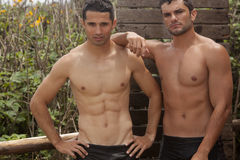 Hombres hermosos que toman la ducha Imagenes de archivo