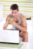 Hombres hermosos que usan el ordenador portátil Fotografía de archivo libre de regalías