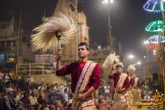 Hombres hindúes en el ritual religioso de Ganga Aarti, puja del fuego en Varanasi, la India Fotografía de archivo