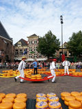 Hombres holandeses en el mercado Nederland del queso de Alkmaar Imagen de archivo libre de regalías