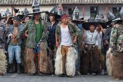 Hombres indígenas del kichwa que realizan danzas rituales en Ecuador Fotografía de archivo