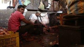 Hombres indios en la carnicería en Bombay almacen de metraje de vídeo