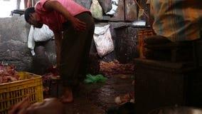 Hombres indios en la carnicería en Bombay almacen de video