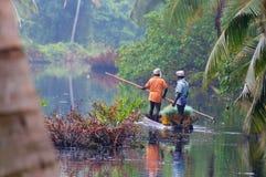 Hombres indios en un barco a través del río Fotografía de archivo