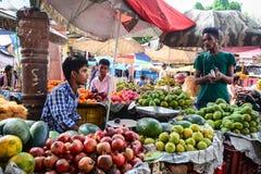 Hombres indios que venden verduras en el mercado local en Bodhgaya, la India Fotografía de archivo libre de regalías