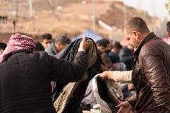 Hombres iraquíes que hacen compras para la ropa del invierno Foto de archivo