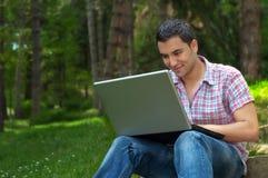 Hombres jovenes con la computadora portátil Foto de archivo