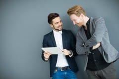 Hombres jovenes con la tableta Imagen de archivo libre de regalías